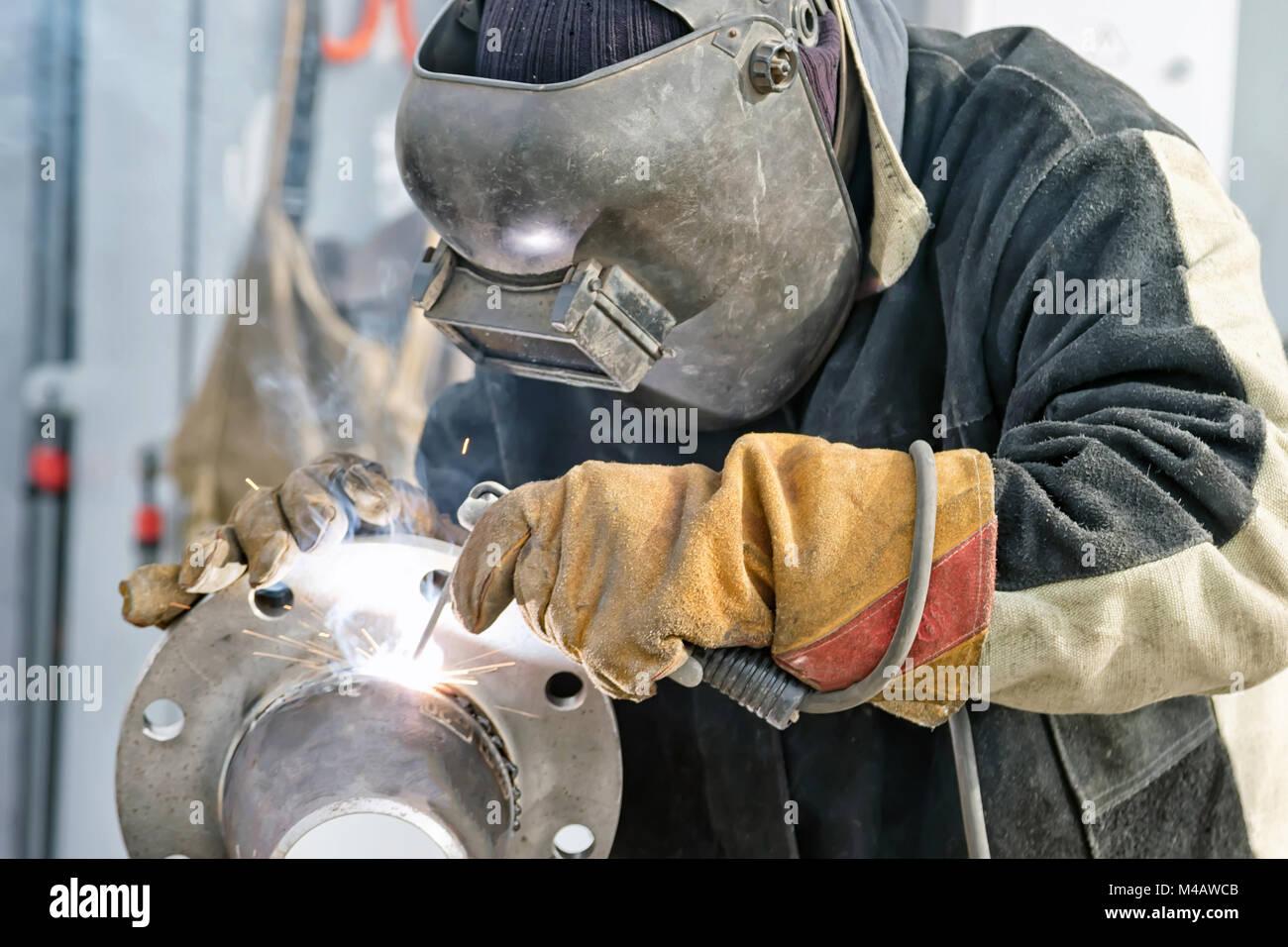 Schweißarbeiten auf die Herstellung von Maschinen und Teile von Pipelines Stockbild