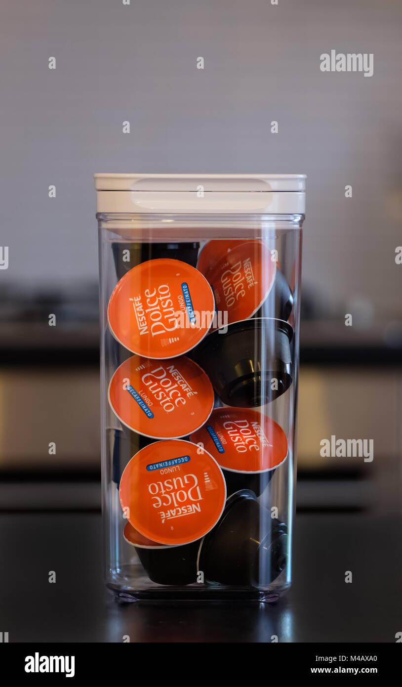Largs, Schottland, Großbritannien - 14 Februar 2018: eine Kiste voller Dolce-Gusto Kaffee aufgefüllt werden. Stockbild