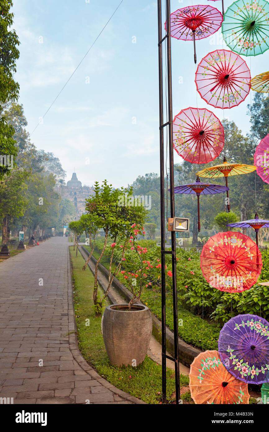 Bunte Installation von Sonnenschirmen auf dem Weg zum Borobudur buddhistischen Tempel. Magelang Regency, Java, Indonesien. Stockbild