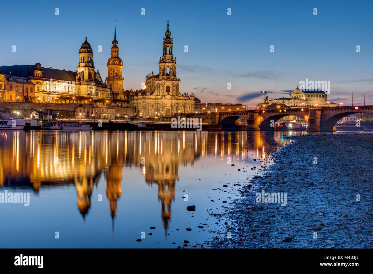 Sonnenuntergang am historischen Zentrum von Dresden mit der Elbe Stockbild