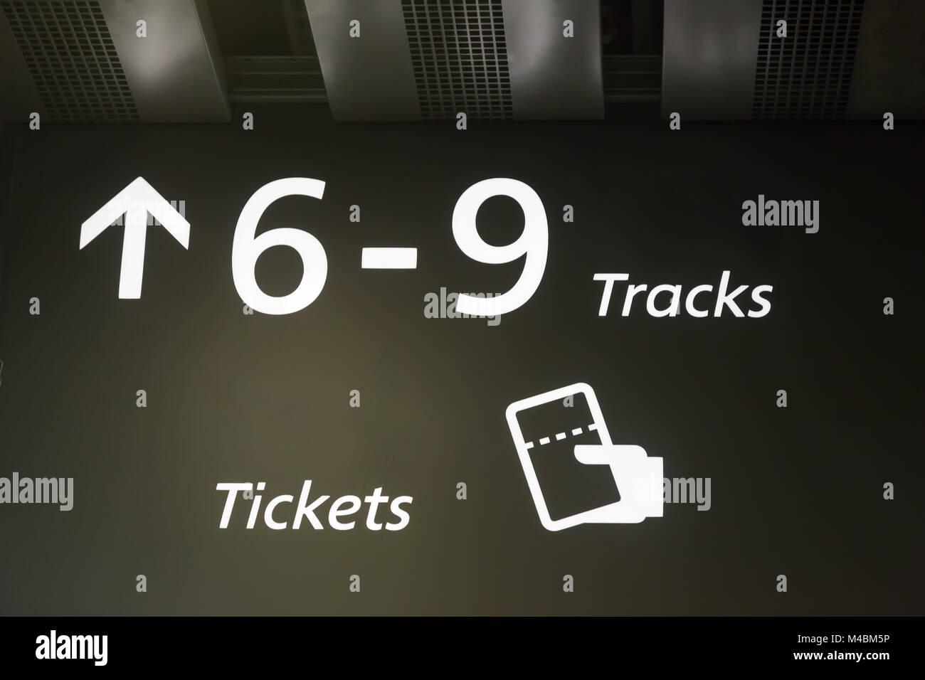 Das Signal, das auf die Züge am Bahnhof. Stockbild