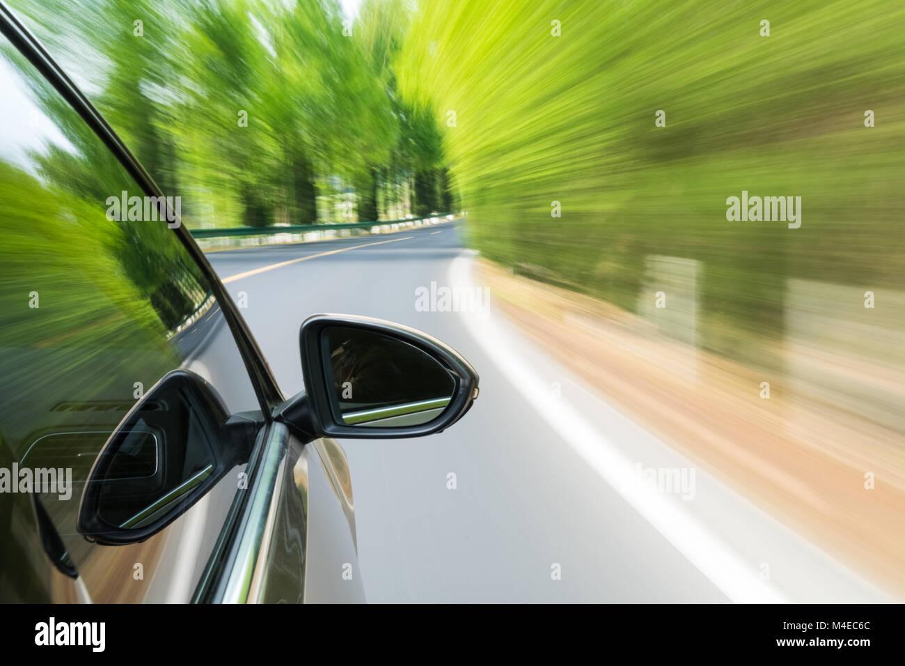 Auto fahren mit grünen Bewegungsunschärfe Stockbild