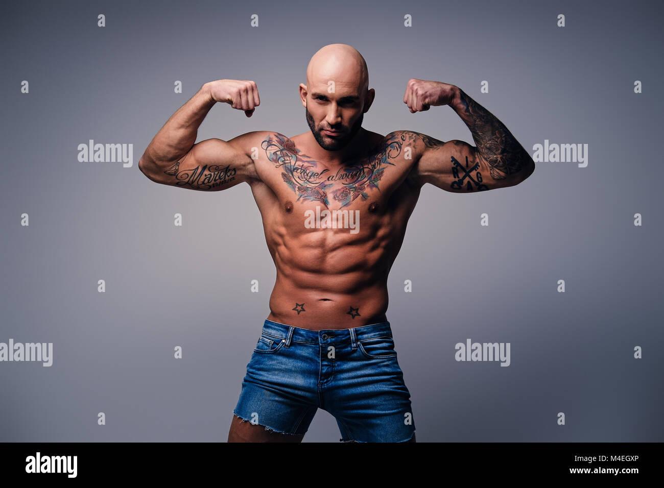 muskulöse männer mit tattoos