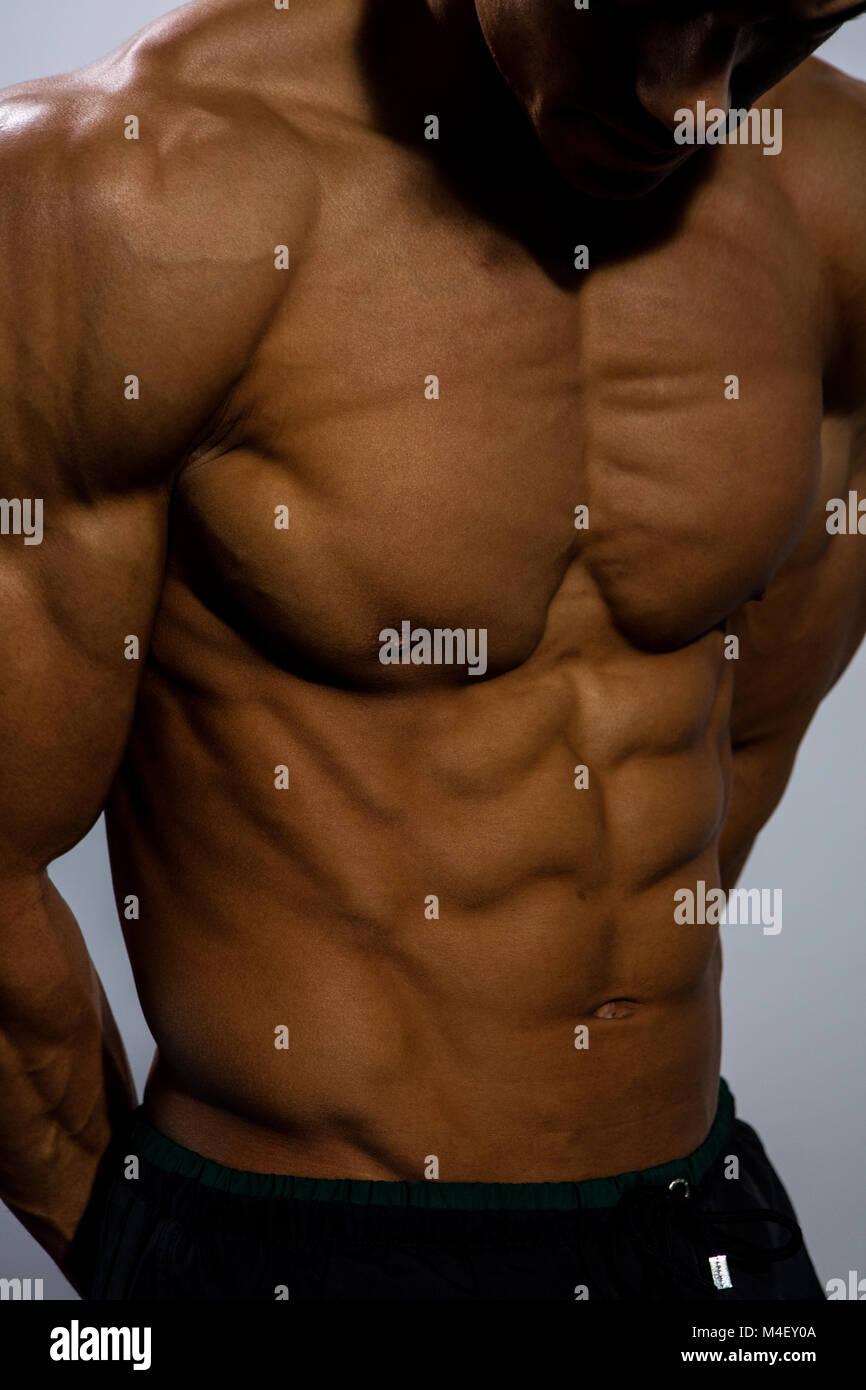 Ein fitness Modell Torso mit dem Brustmuskel eng gebogen ...