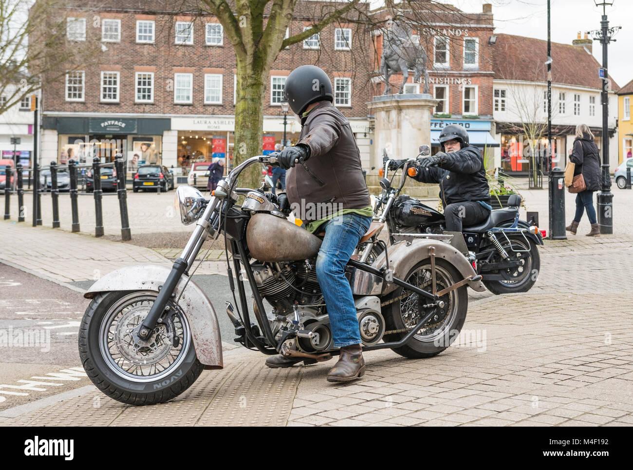 Paar mittleren Alters Männer Harley Davidson Motorräder in England, Großbritannien. Stockbild
