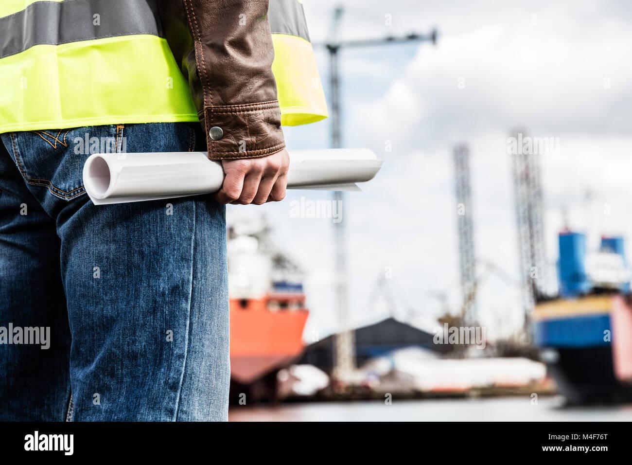 Schiffbau Ingenieur holding Konstruktionsdokumente. Stockbild