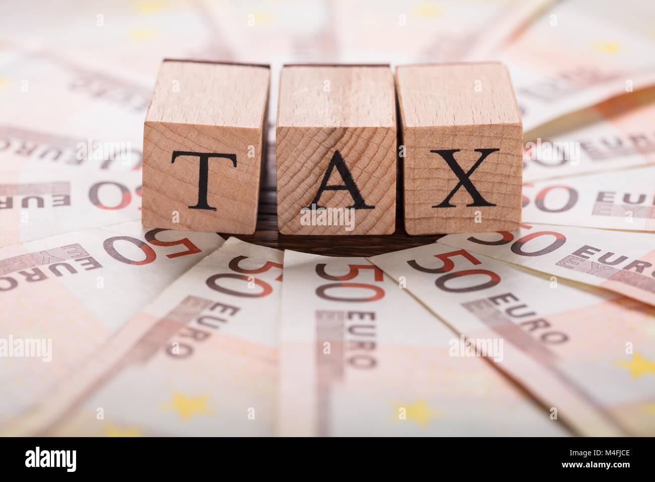 Steuerkonzept mit Euro-banknoten auf hölzernen Schreibtisch Stockbild