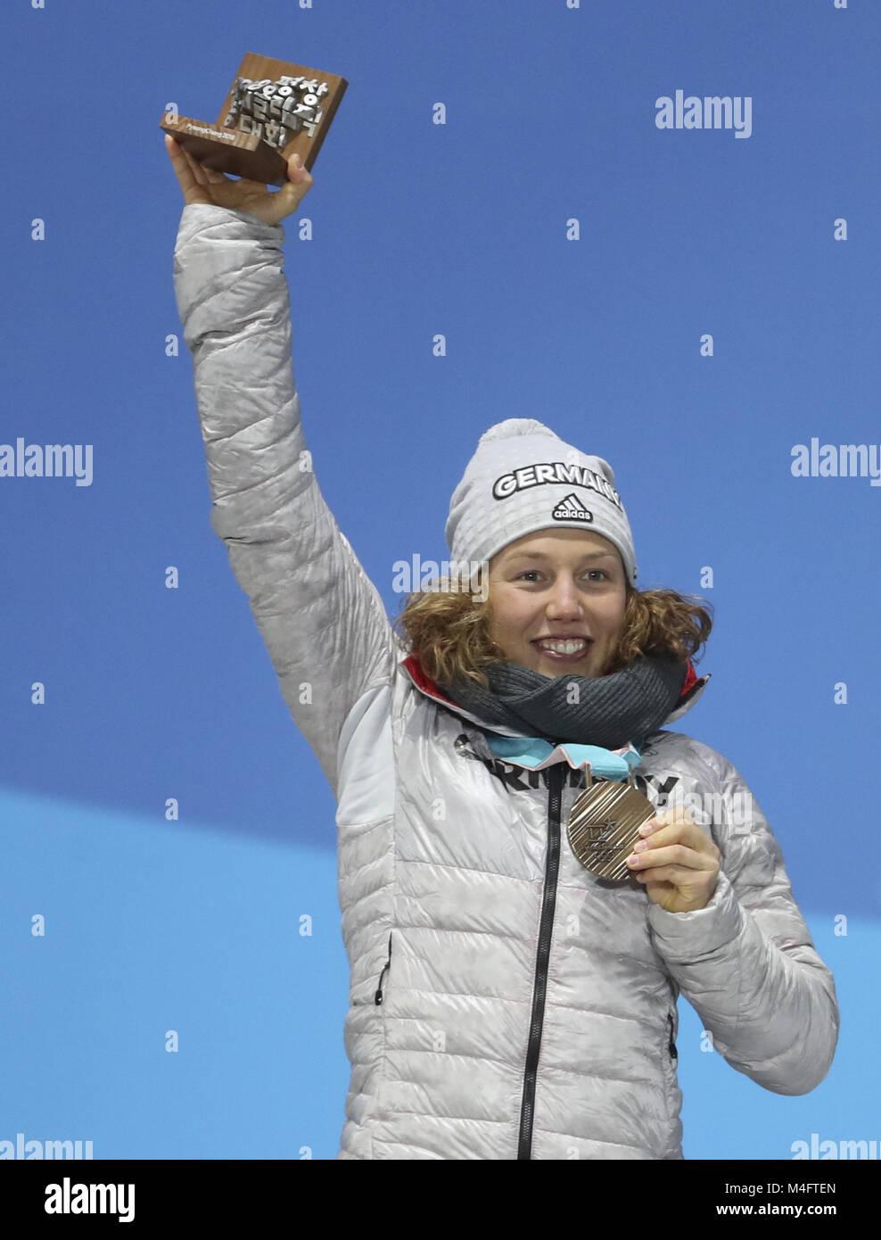 Pyeongchang. 16 Feb, 2018. Bronze Medaillenträger Laura Dahlmeier aus Deutschland stellt für Fotos während Stockbild