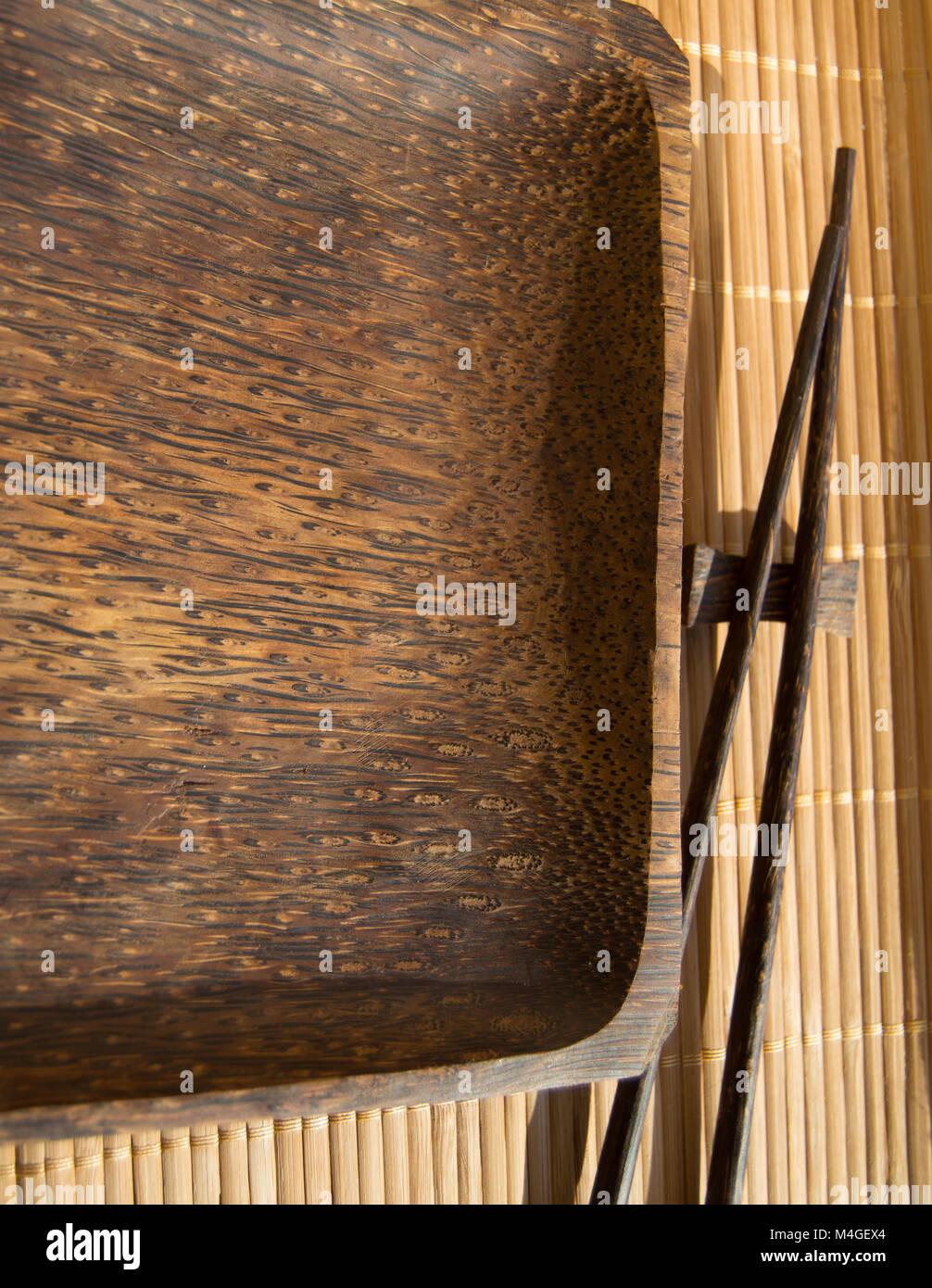 leere holzplatte und sushi mit stäbchen auf bambus serviette