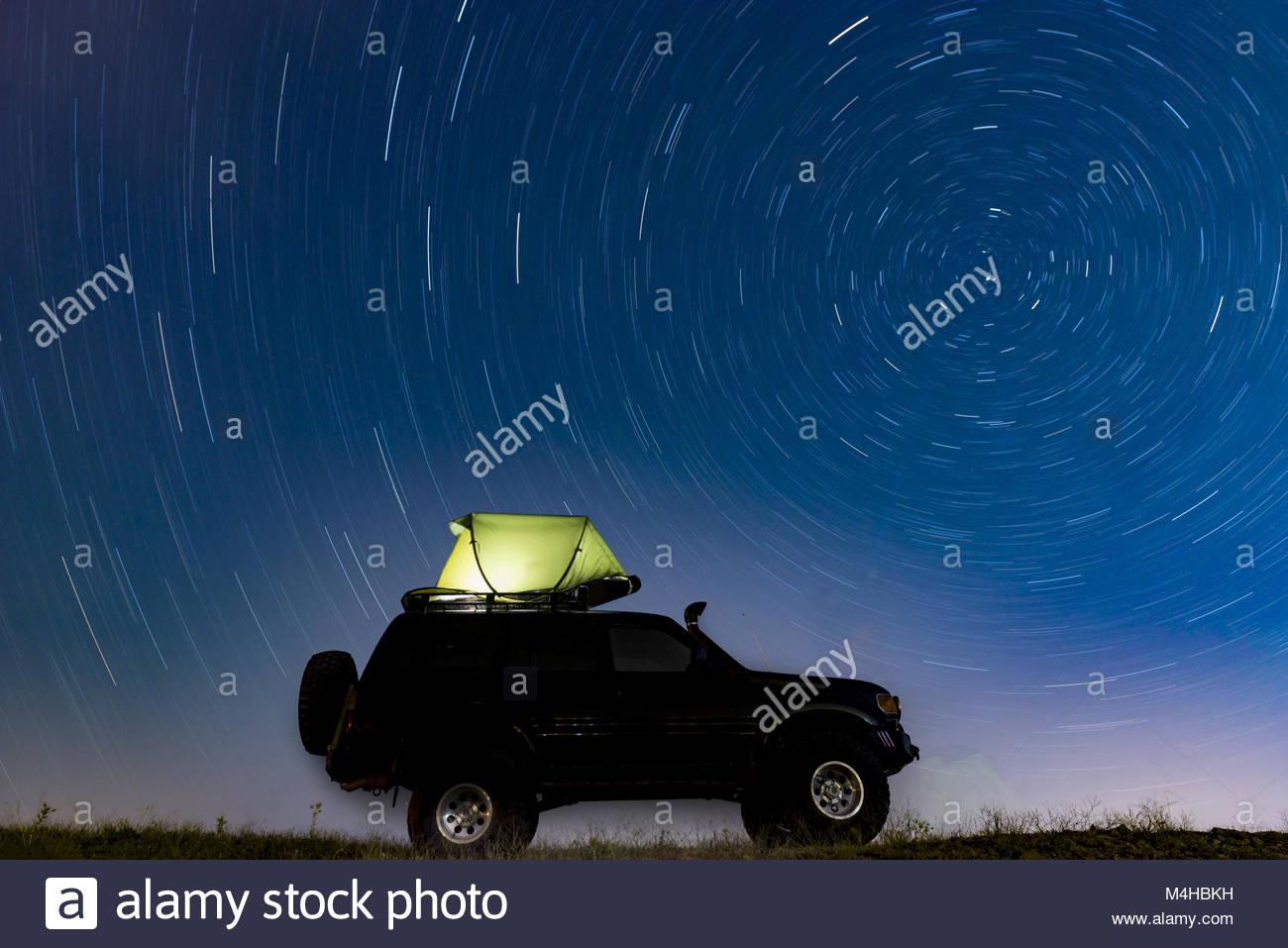 Camp in Zelten unter den Sternen Stockbild