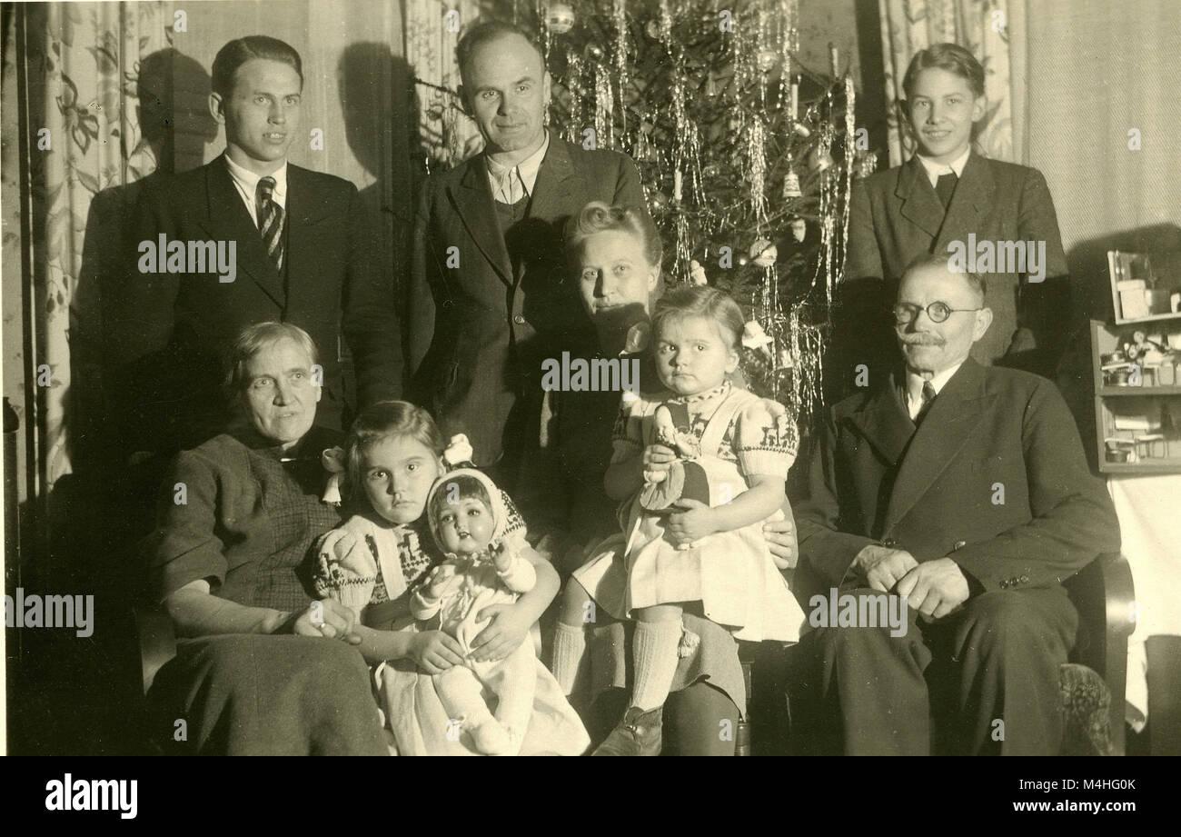 Weihnachtsfeier Gütersloh.Eine Familie Für Ein Foto Vor Einem Weihnachtsbaum Während Der