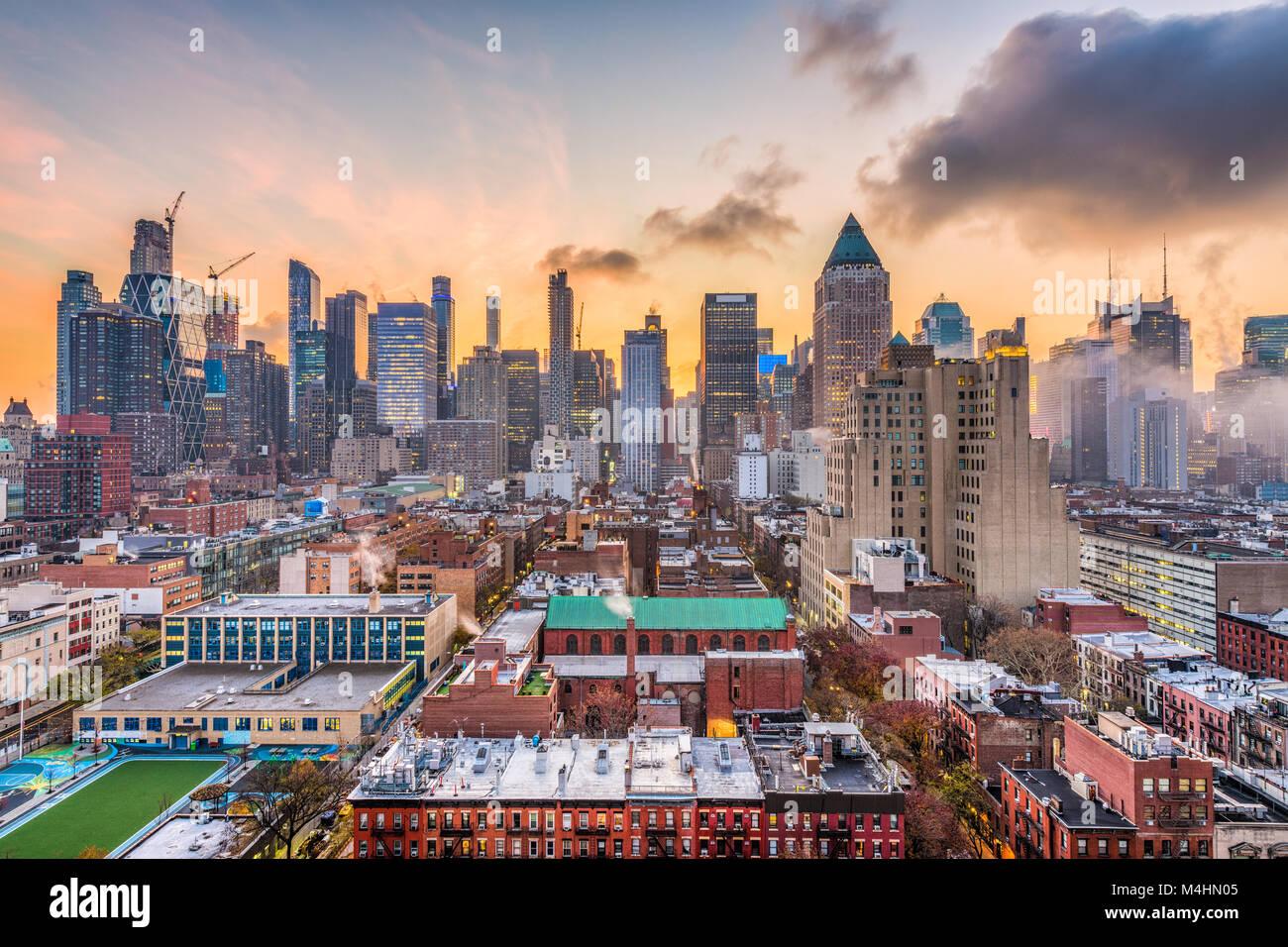 New York, New York, USA Midtown Manhattan Skyline über Hell's Kitchen in der Morgendämmerung. Stockbild
