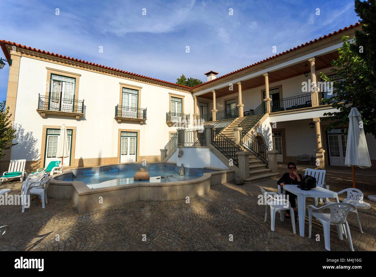 Haus Mit Einem Granit Treppe Wasserspiel Und Einem Schonen Garten