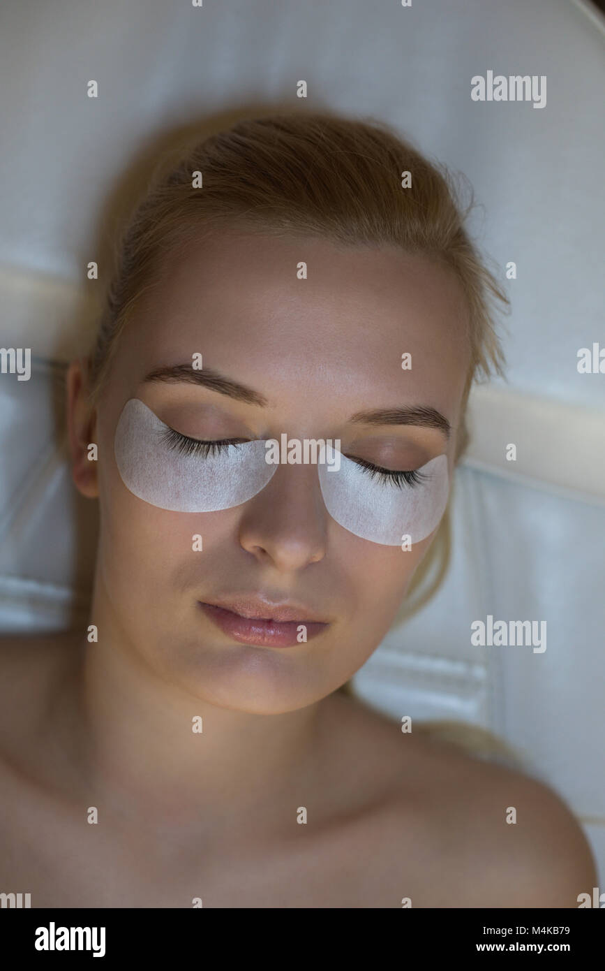 Frau erhalten Eyelash Extension Behandlung in Salon Stockbild