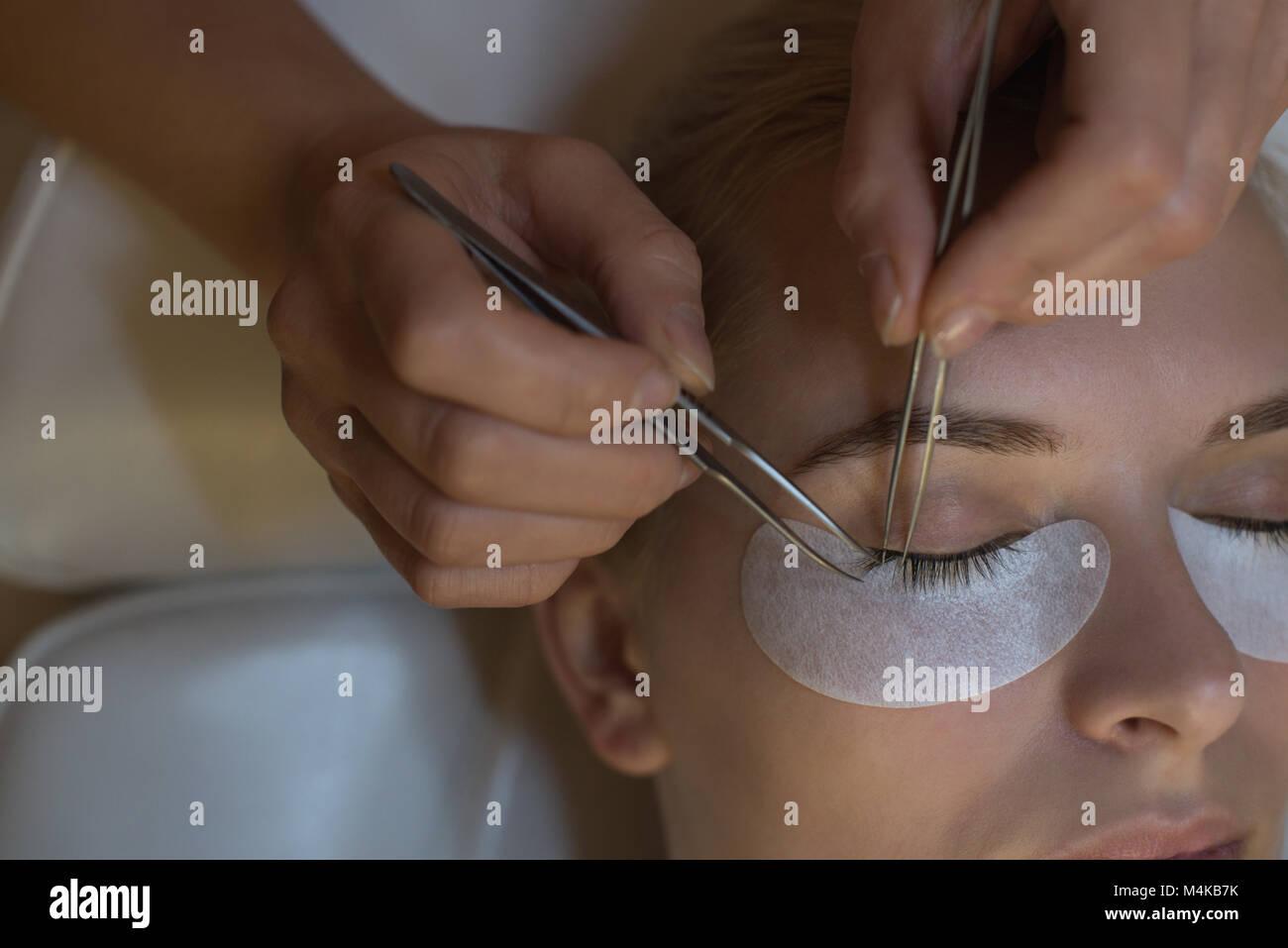 Kosmetikerin, Eyelash Extension Behandlung für weibliche Kunden Stockbild