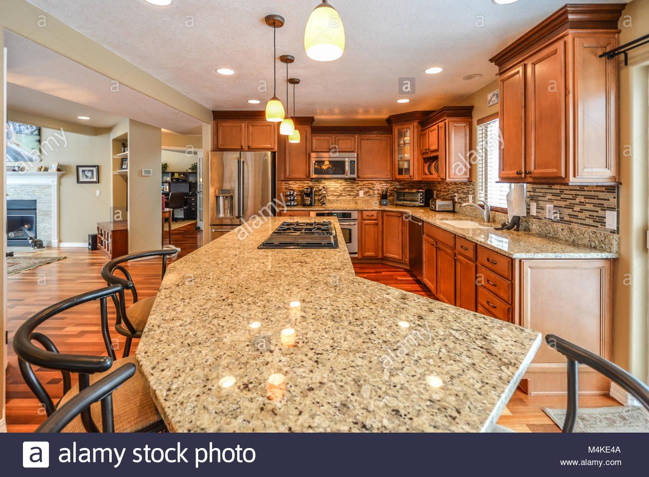 Eine geräumige, luxuriöse Küche in einer eleganten Home verfügt über ...