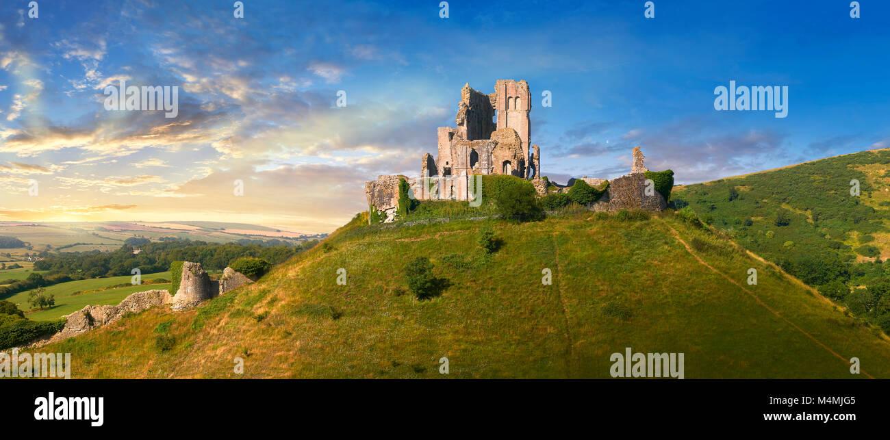 Panorama der mittelalterlichen Corfe Castle dicht bis Sonnenaufgang, 1086 von Wilhelm dem Eroberer, Dorset England Stockbild