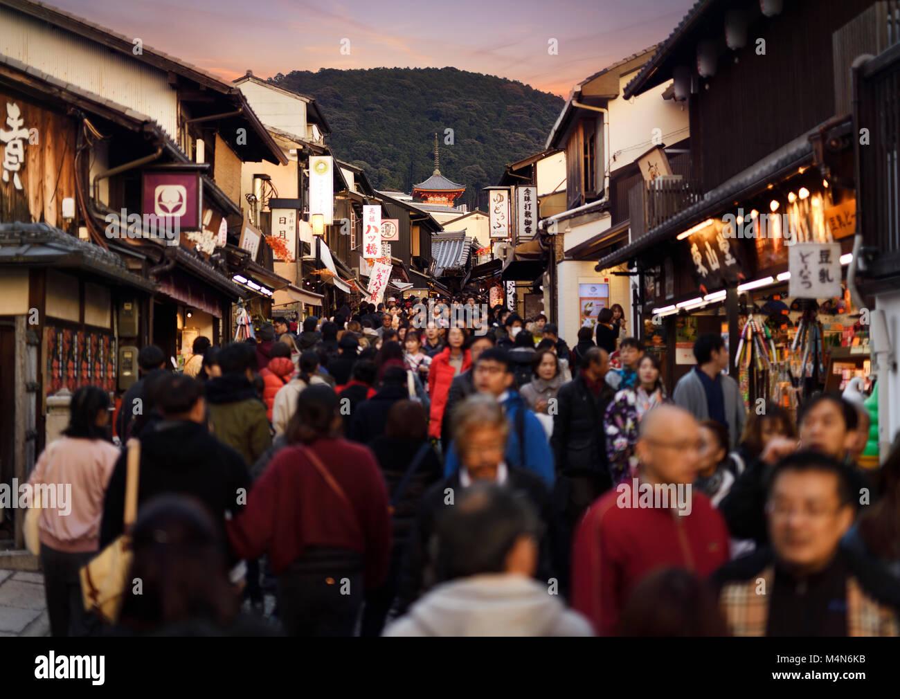 Matsubara Dori Straße bei Sonnenuntergang im Herbst voll mit Touristen in der Nähe der Kiyomizu-dera Tempel. Stockbild