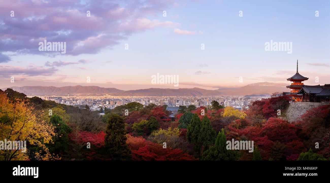 Sanjunoto, Sanju - nein - Pagode, Kiyomizu-dera in Kyoto, schöner Panoramablick in bunten Herbst Sonnenaufgang Stockbild