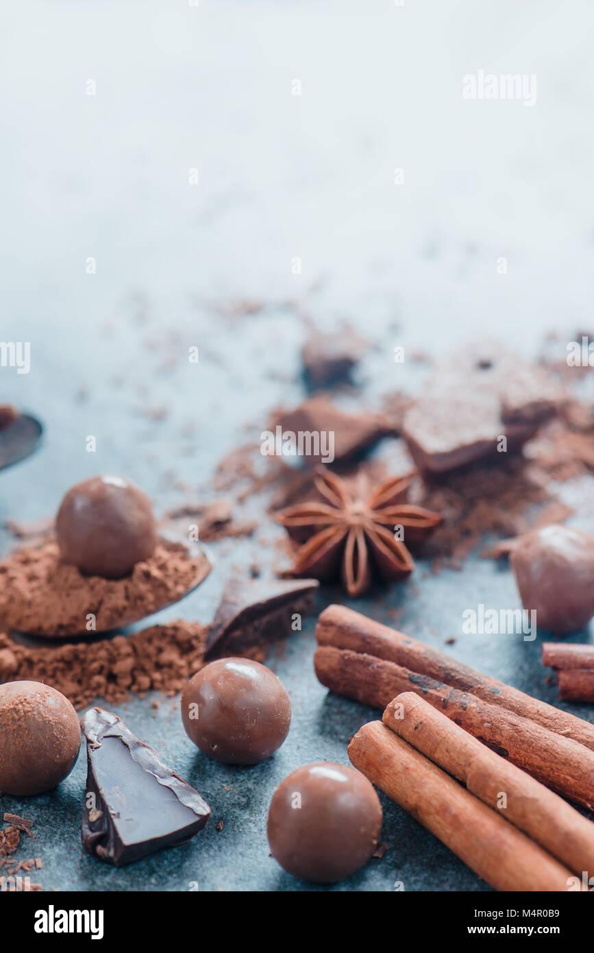 Kochen Desserts und Home Konzept. Schokolade, Gewürzen, Anis, Zimt und Kakao auf einen Stein Hintergrund. Zutaten Stockbild