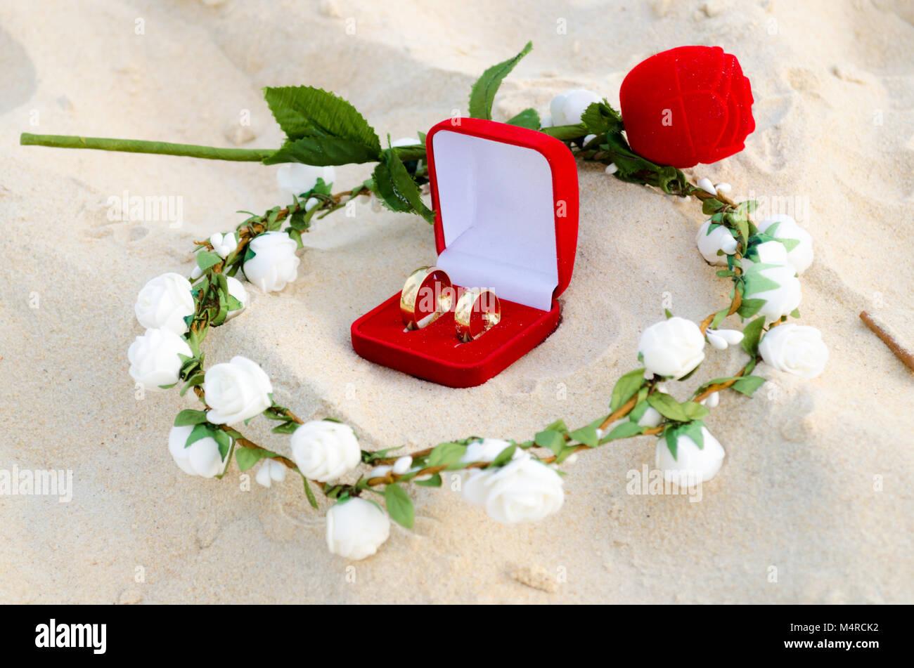 Red Box Mit Hochzeit Ringe In Der Mitte Von Einem Kranz Aus Weissen