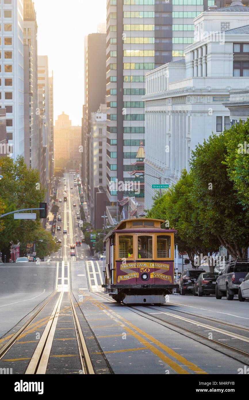Klassische Ansicht des historischen Seilbahn fahren in der berühmten California Street im wunderschönen Stockbild