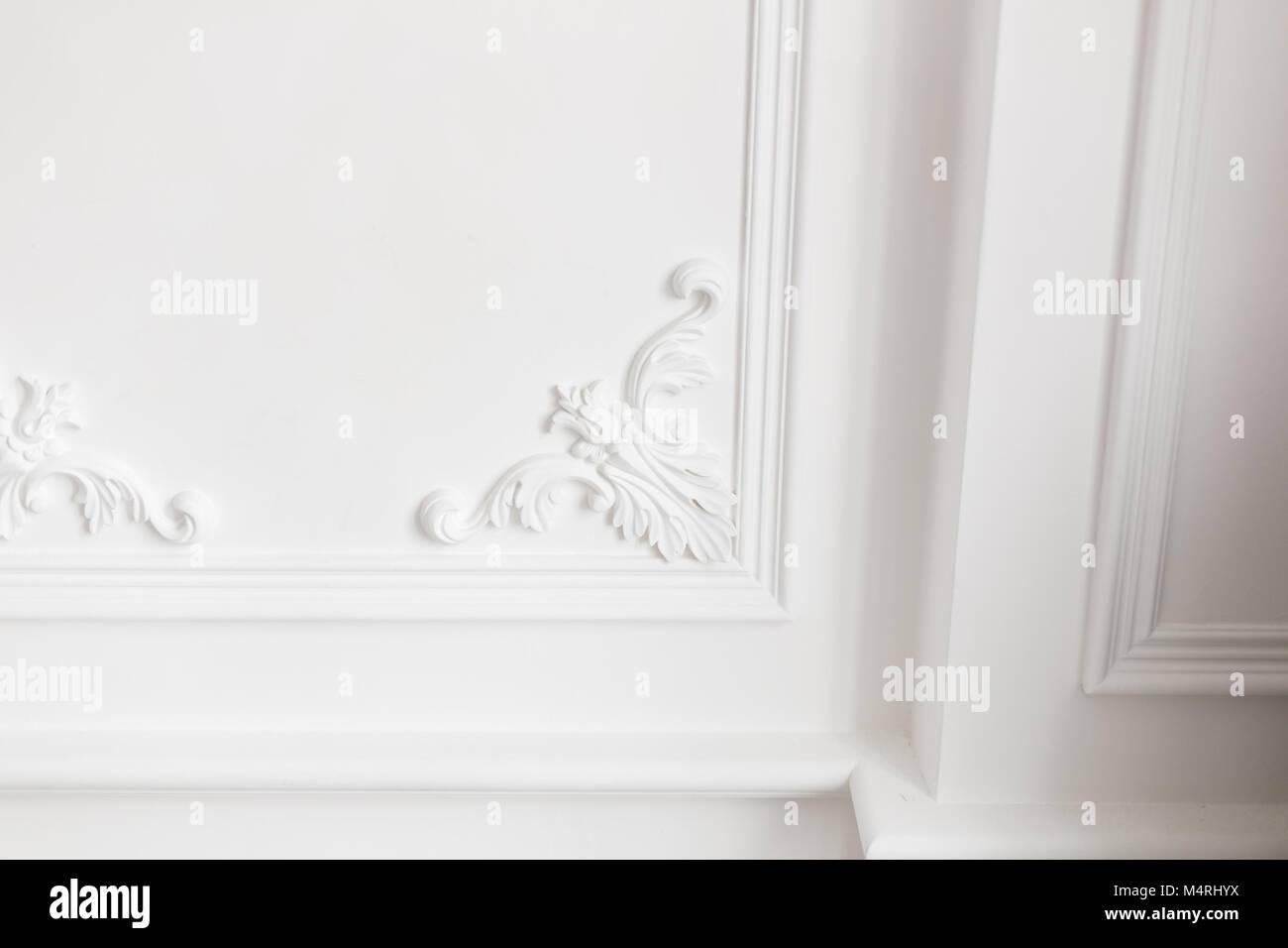teurer innenausstattung. stuck elemente auf licht luxus wand. weiß