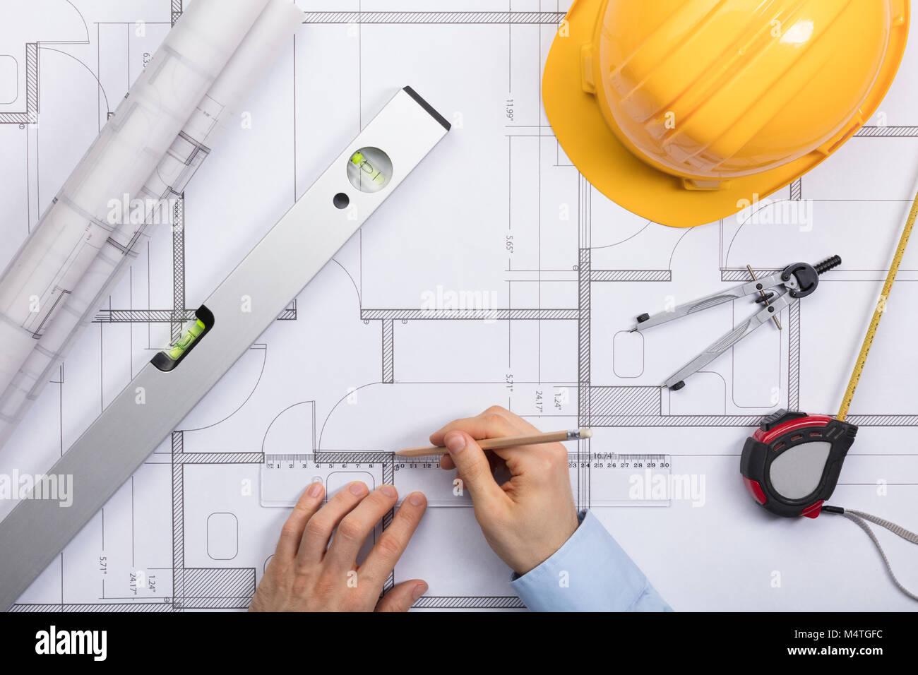 Hohe Betrachtungswinkel des Architekten Hände Arbeiten an Blueprint Stockbild