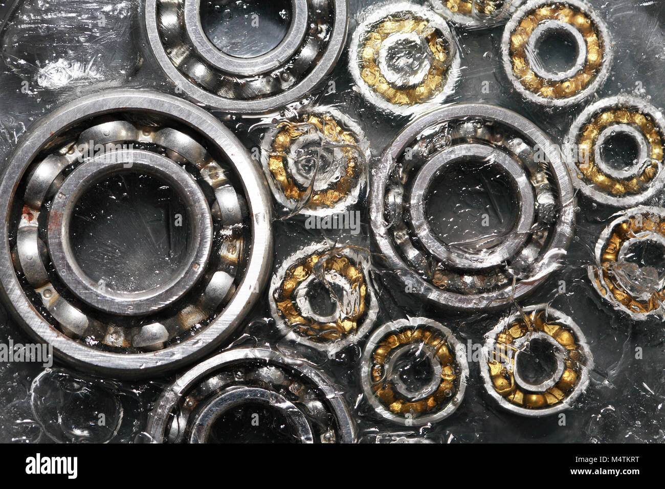 Streik Konzept. Closeup Satz Kugellager unter gefrorenes Wasser Stockbild