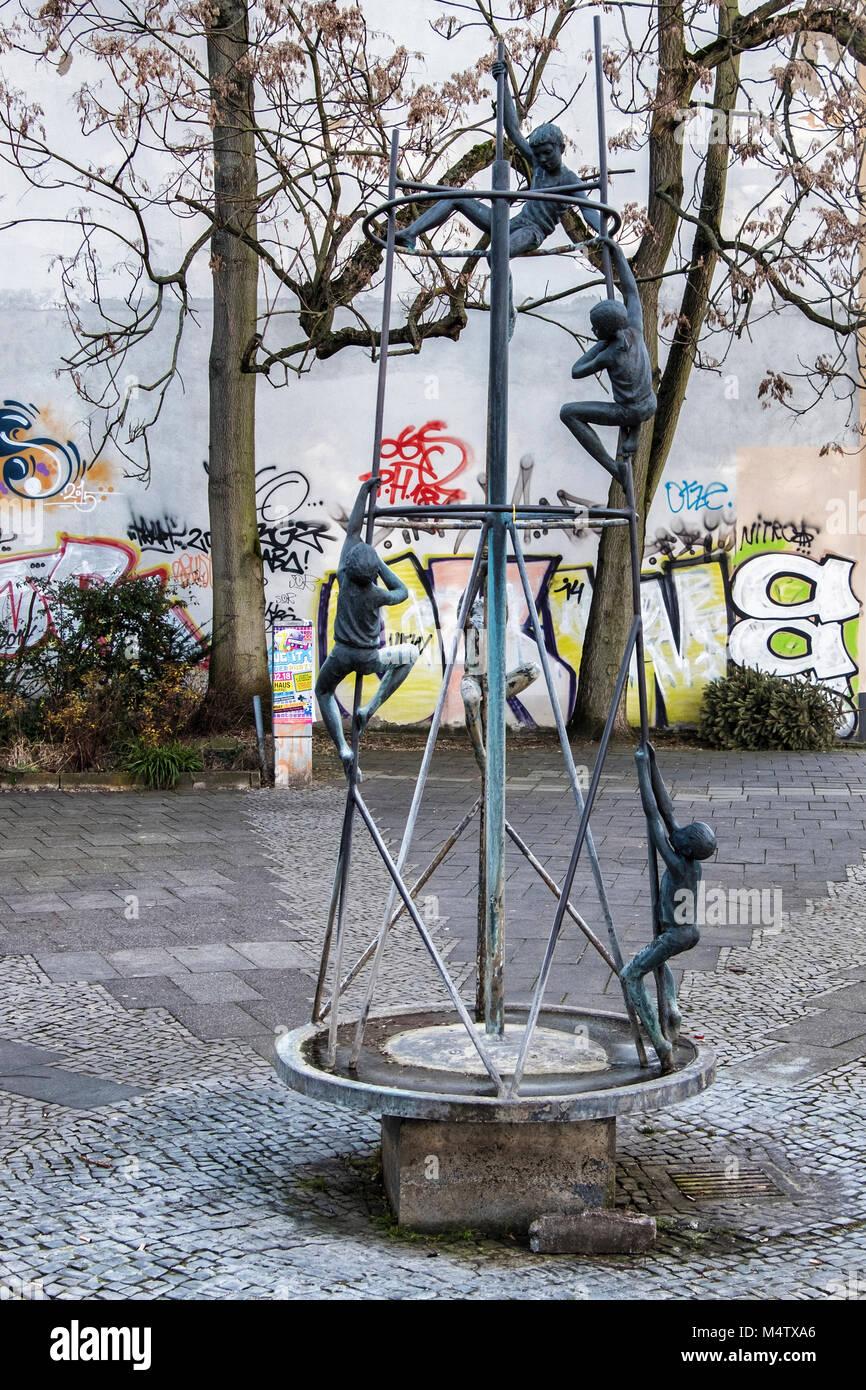 e1d48a8667b56 Berlin Pankow. Trickle Brunnen Klettern Kinder von Gerhard Thieme 1970.5  kleine Skulpturen aus Bronze der Kinder klettern auf Metallrahmen.