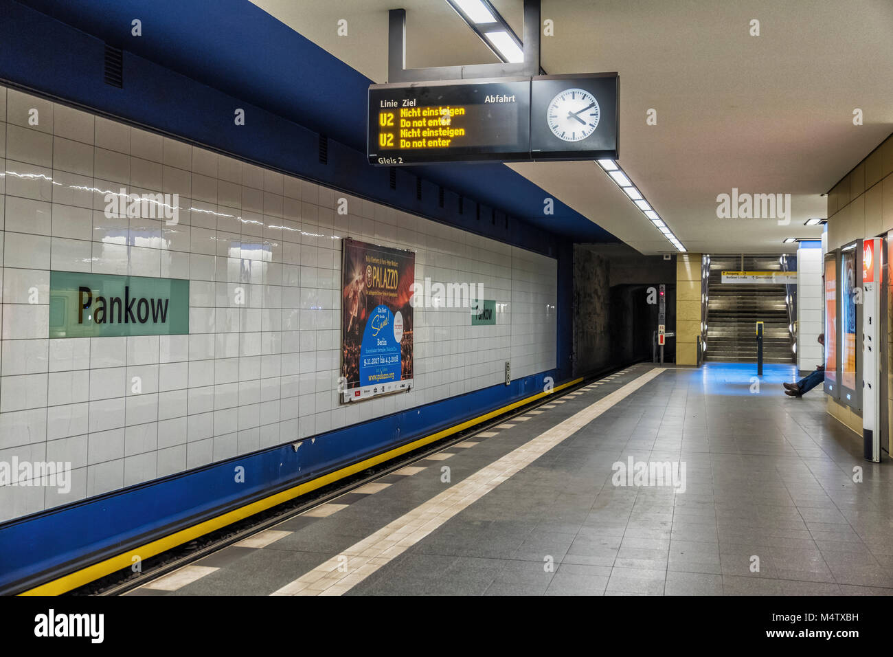 berlin pankow u bahn station platform wei e fliesen zeichen stockfoto bild 175109861 alamy. Black Bedroom Furniture Sets. Home Design Ideas