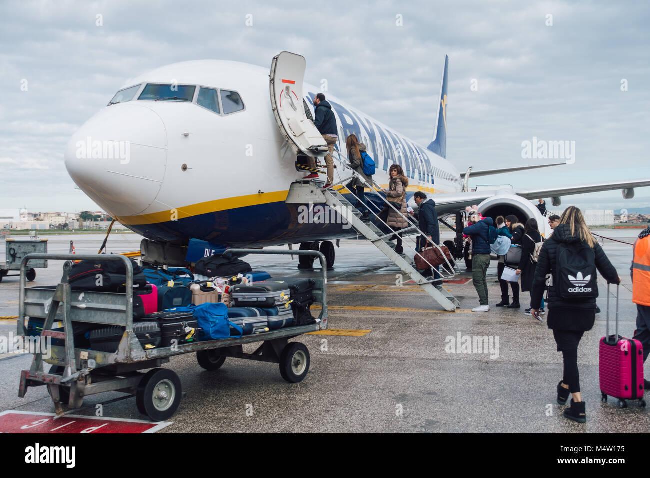 Die Fluggäste eine Ryanair Jet nach Ihrer neuen Handgepäck Politik in Kraft getreten -, in denen Sie Ihr Stockbild