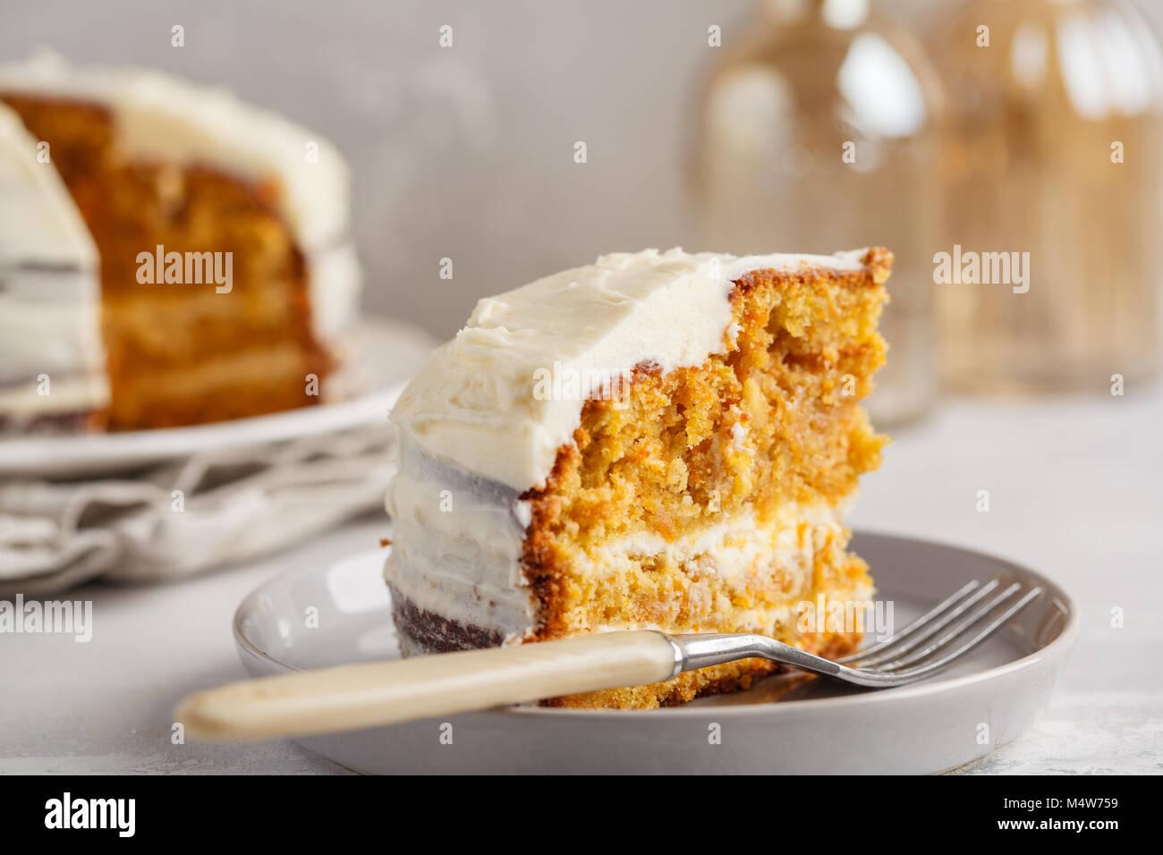 Karotte hausgemachte Kuchen mit Weiß Creme auf grauem Hintergrund. Festliches dessert Konzept. Stockbild