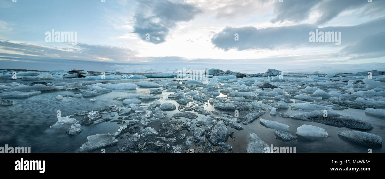 Isländische Landschaft des eisigen Meer Oberfläche Stockbild