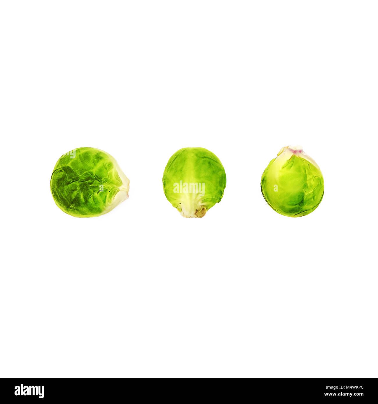 Rosenkohl Ansicht von Oben drei Früchte der Rosenkohl in einer Reihe auf einem weißen Hintergrund liegen Stockbild
