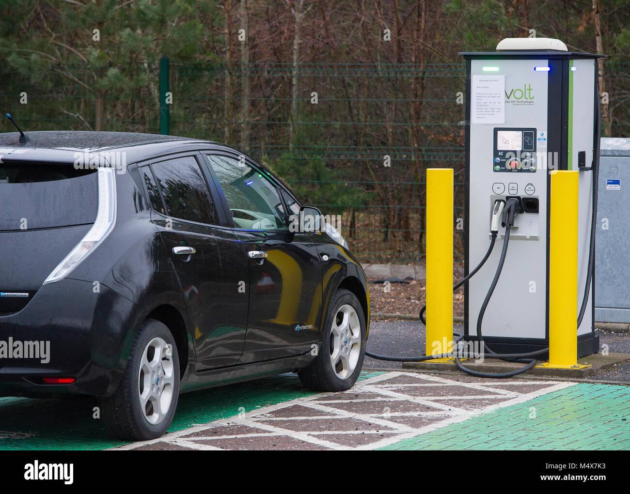Ein Nissan Leaf Elektroauto mit einem Tri-Schnellladegerät an einem Elektrofahrzeug Ladestation, Riccarton, Stockbild