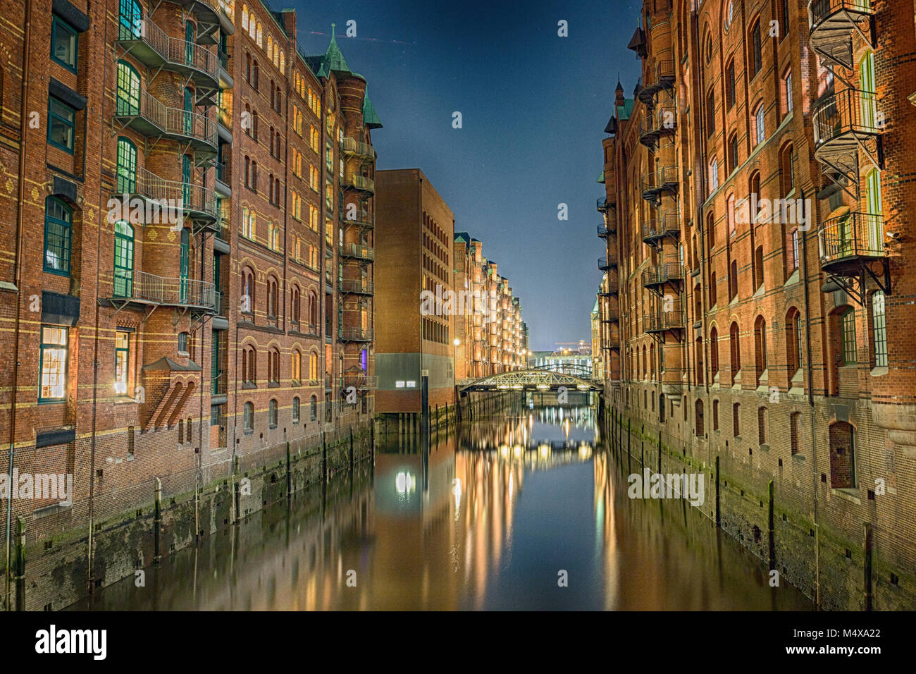 Die Hafencity von Hamburg 5/6 der blauen Stunde. Stockbild