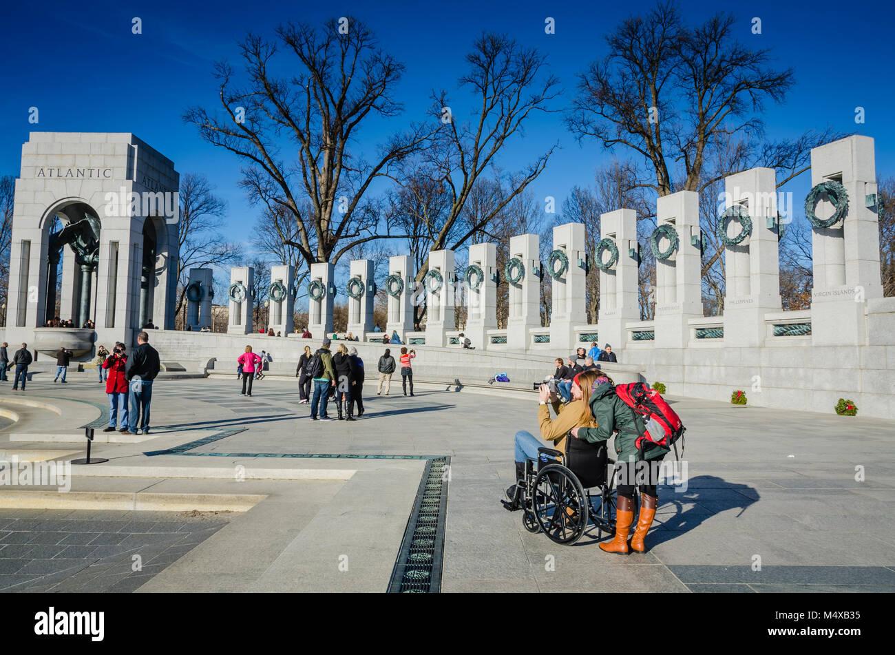Washington DC, USA. Touristen besuchen die Weltkrieg-II-Denkmal zu Ehren der 16 Millionen, die in den bewaffneten Stockbild