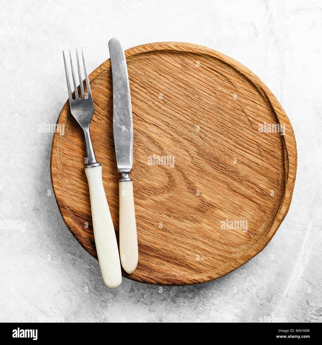 Tabelle Einstellung mit Vintage Besteck und hölzerne Platte. Menü im ...