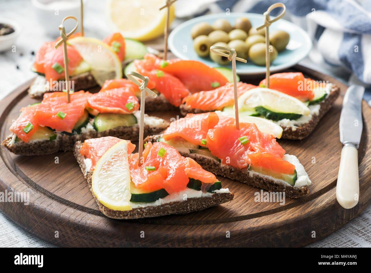Canape Sandwiches mit Lachs, Gurke und Frischkäse. Detailansicht Stockbild
