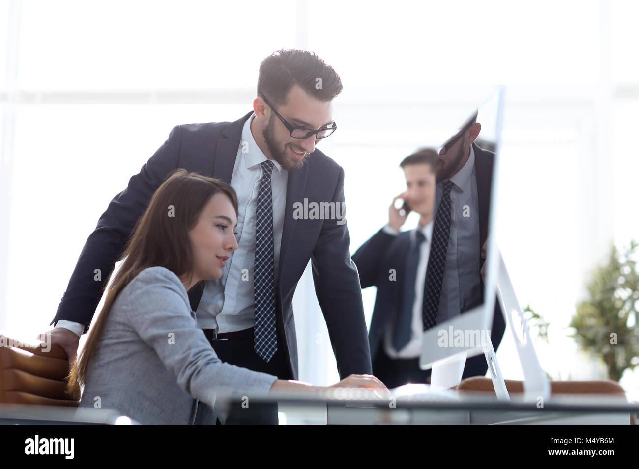 Manager im Gespräch mit einem Mitarbeiter Stockbild