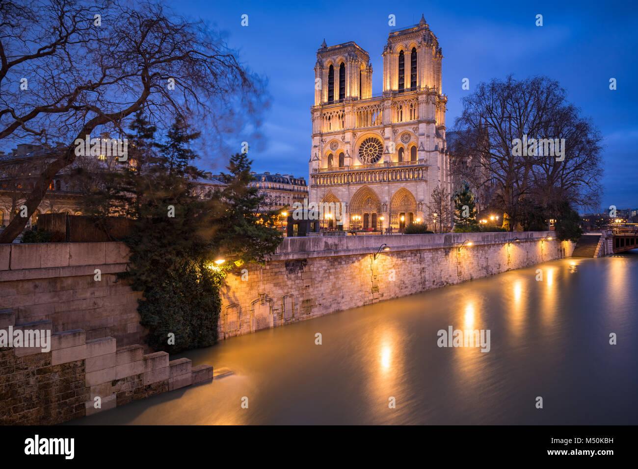 Notre Dame Cathedral in der Dämmerung mit dem ausufernden Fluss Seine, 4. Arrondissement, Paris, Frankreich Stockbild