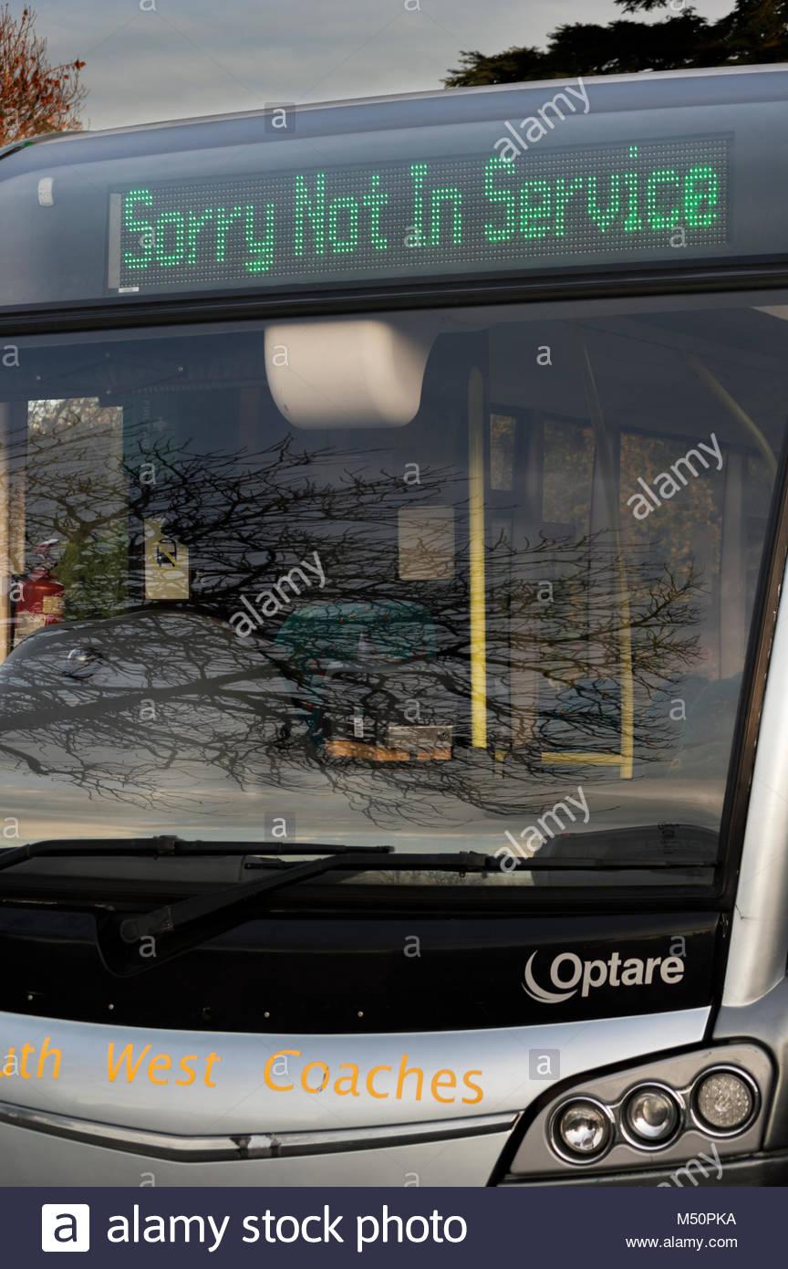 Es tut uns leid, die nicht in Dienst sind, wird auf dem Dot Matrix einer geparkten Bus, Blandford Forum, Dorset, Stockbild