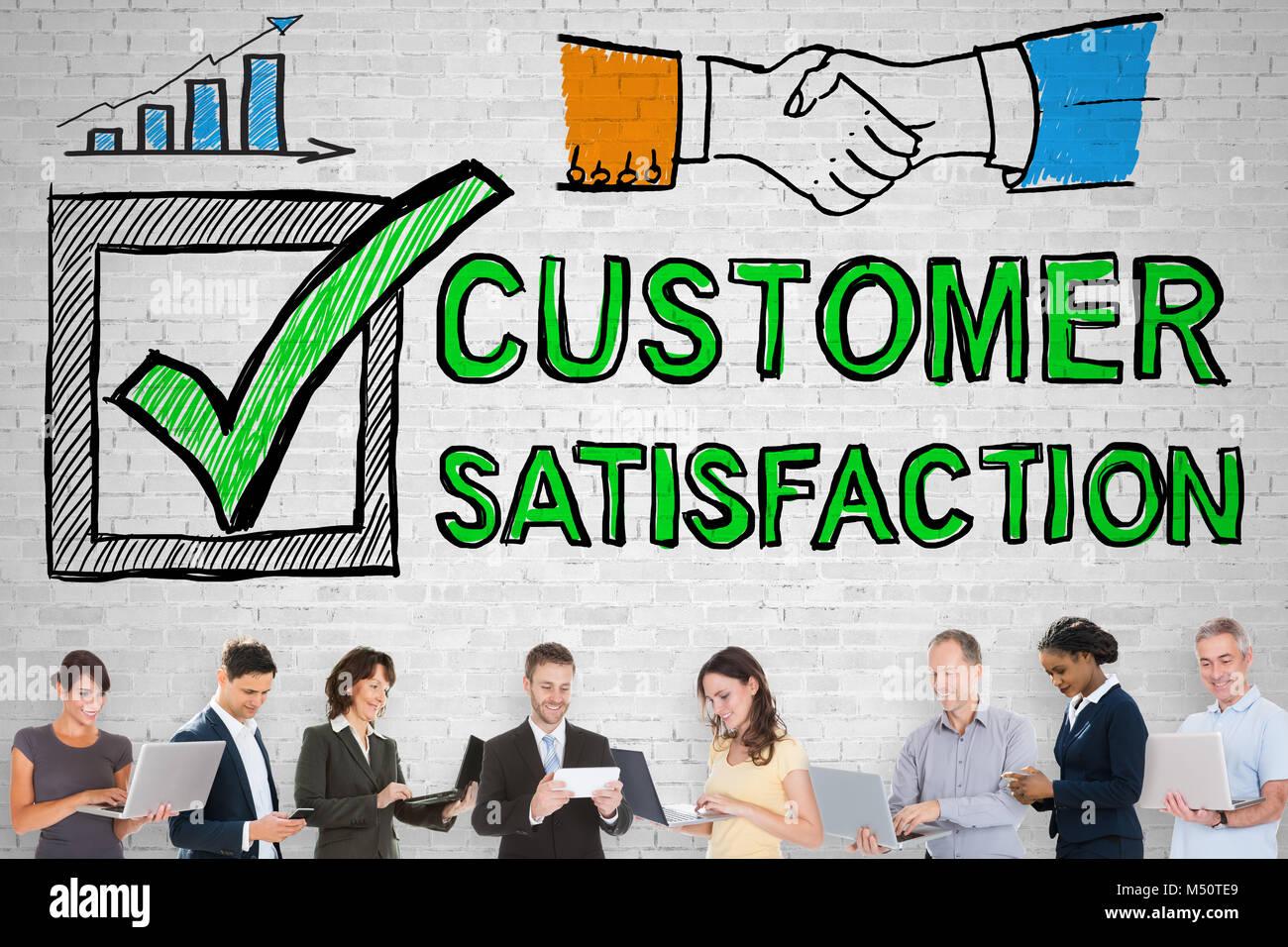 Gruppe von Menschen Stand vor der Umfrage zur Kundenzufriedenheit Konzept Stockbild
