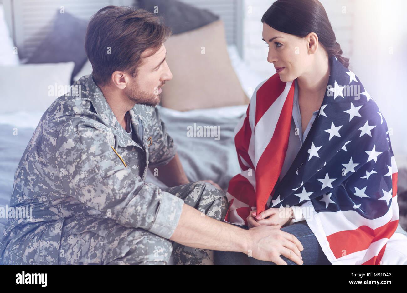 Abschied von ehepaar vor dem Ehemann verlassen auf militärische Service Stockbild