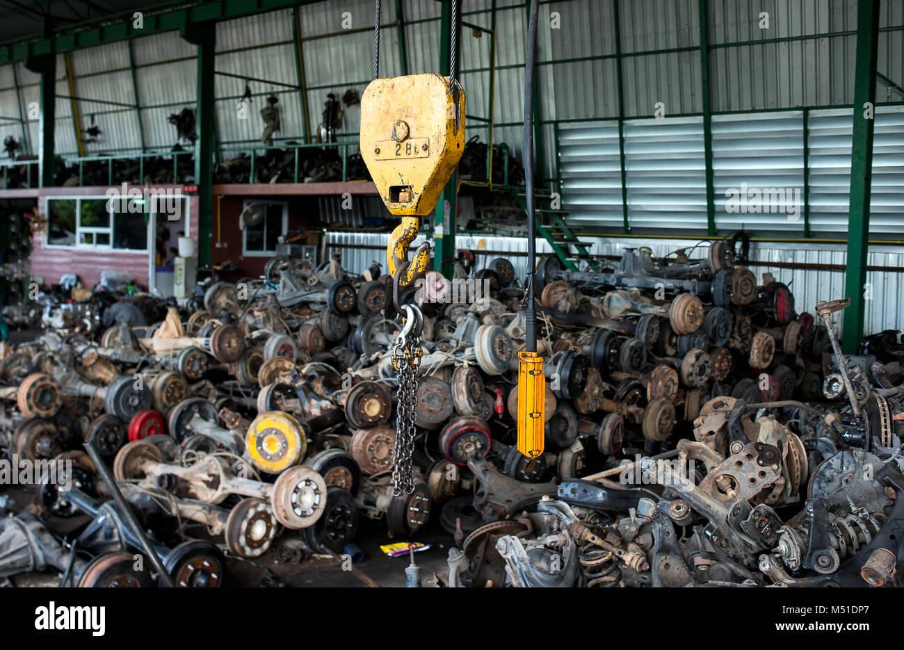 Den Papierkorb Garage Verkauf über altes Auto Radachsen und Teile ...