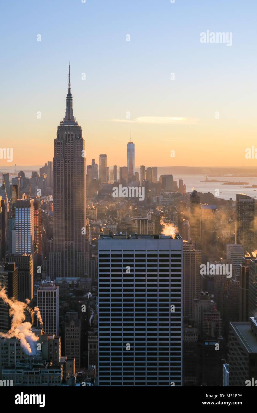 Skyline von New York City im Sonnenuntergang Stockbild