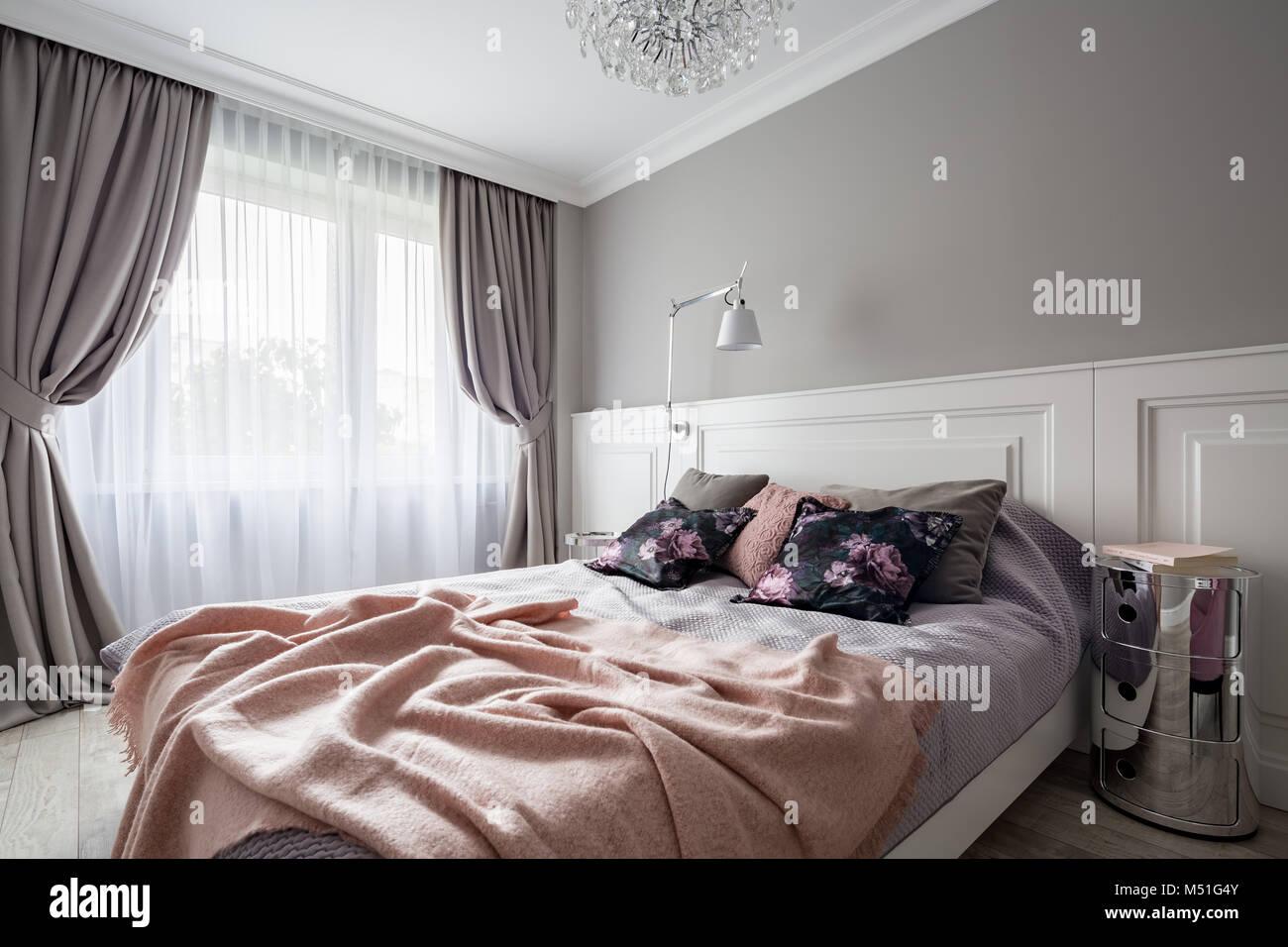 Pastellfarben Schlafzimmer Mit Doppelbett Und Dekorativen Vorhangen