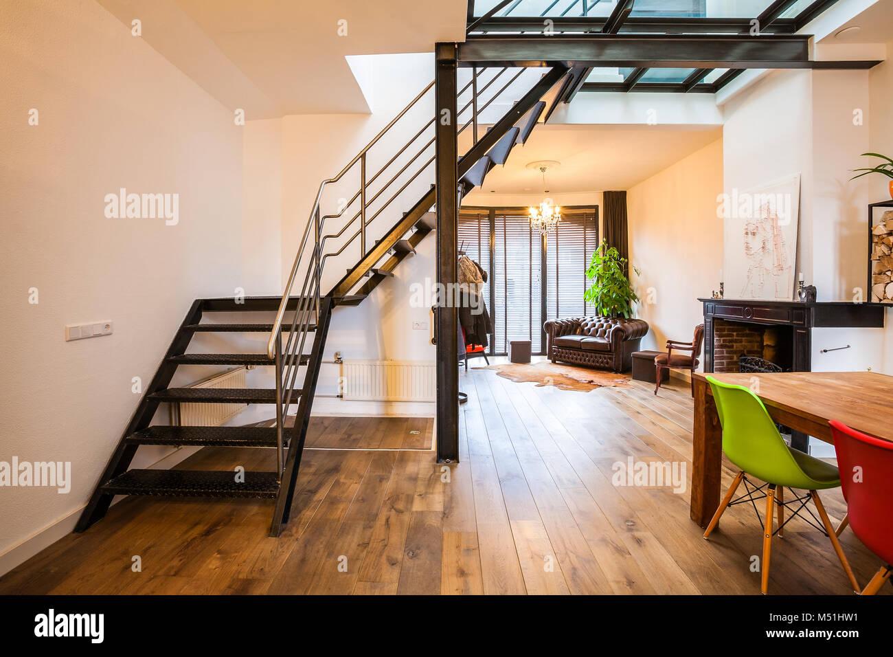 Ein Industrie Stil Stahl Treppe In Ein Glas Stock In Einem Modernen  Designer Wohnzimmer.