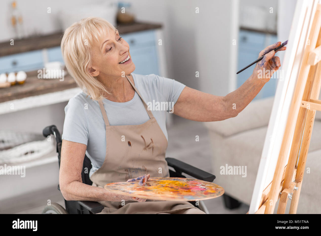 Ältere behinderte Frau ihr Talent entwickeln Stockbild